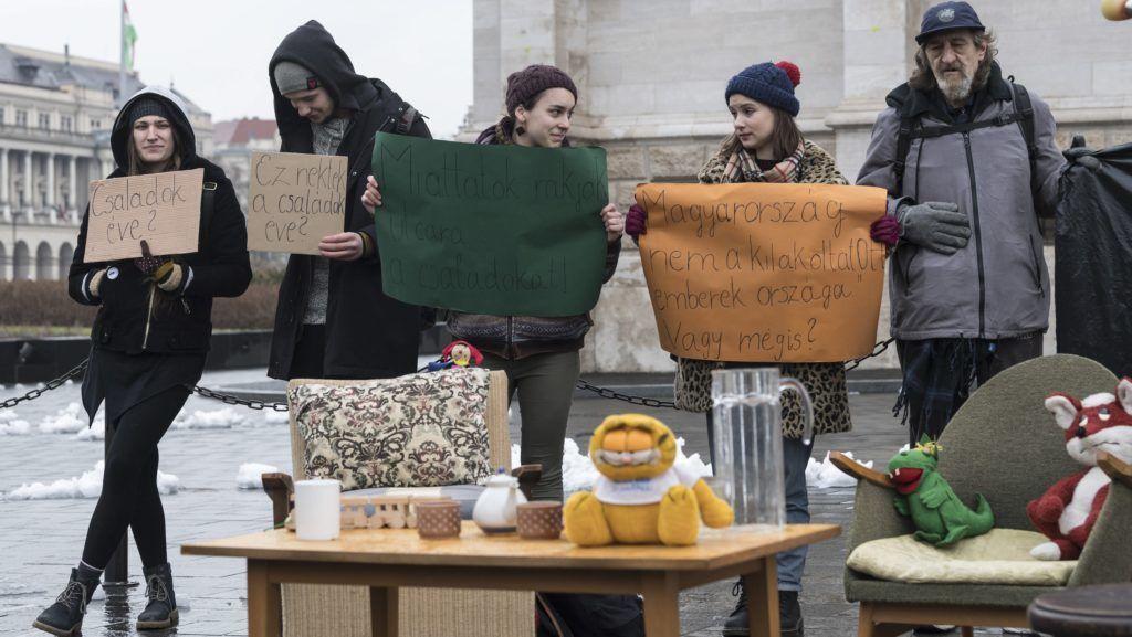 Budapest, 2018. február 14. Aktivisták Schmuck Erzsébet, az LMP frakcióvezetõ-helyettese és a Város Mindenkié nevû civil csoport közös sajtótájékoztatóján az Országháznál 2018. február 14-én. Az Országgyûlés Házbizottságának ülése után tartott tájékoztatót a gyermekes családok kilakoltatását megelõzendõ törvényjavaslattal kapcsolatban tartották. MTI Fotó: Szigetváry Zsolt