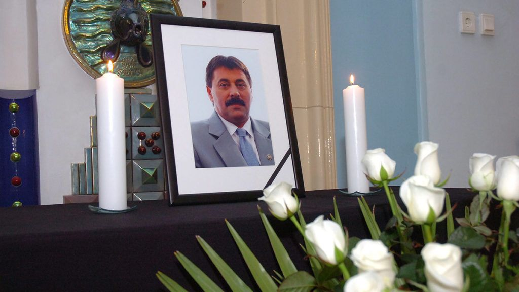 Pécs, 2010. május 10.Fehér rózsacsokorral, gyertyákkal emlékeznek a pécsi Városháza épületének előcsarnokában. Elhunyt Toller László volt szocialista országgyűlési képviselőre. Az életének 60. évében járó politikust hajnalban a szigetvári kórházban érte a halál, ahova hetekkel ezelőtt vitték be, miután állapota rosszabbodott. Pécs volt polgármestere 2006-ban autóbalesetet szenvedett, azóta éberkómában volt.MTI Fotó: -