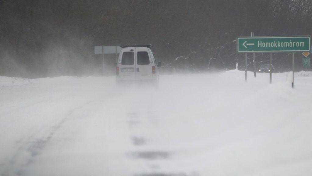 Hosszúvölgy, 2018. február 27. Autó halad a hófúvásban a 74-es fõúton a Zala megyei Hosszúvölgynél 2018. február 27-én. MTI Fotó: Varga György