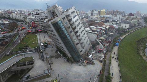 Hualien, 2018. február 7. Földrengéstõl megdõlt lakóépület a kelet-tajvani Hualien városban 2018. február 7-én. A Hualien megyét sújtó elõzõ napi, 6,5-ös erõsségû földmozgásban öten életüket vesztették, 254-en megsérültek, 88 személy elûnt. (MTI/AP/Tajvani Központi Hírügynökség)