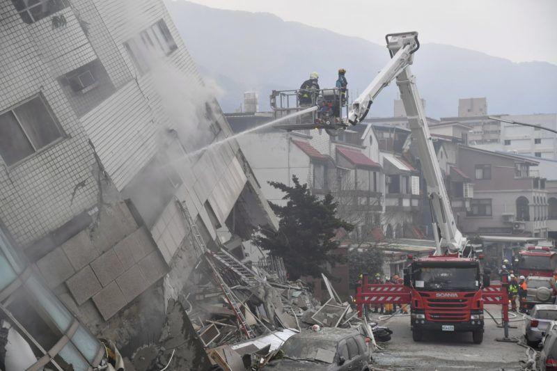 Hualien, 2018. február 7. Tûzoltók dolgoznak egy földrengéstõl megdõlt lakóépületnél a kelet-tajvani Hualien városban 2018. február 7-én. A Hualien megyét sújtó elõzõ napi, 6,5-ös erõsségû földmozgásban öten életüket vesztették, 254-en megsérültek, 88 személy elûnt. (MTI/AP/Tajvani Központi Hírügynökség)