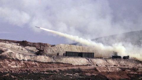 Hatay, 2018. február 9.A török tüzérség szíriai kurd állásokat lő a határ török oldaláról, Hatayból 2018. február 9-én. A török légierő csapásokat mért a Népvédelmi Egységek (YPG) nevű kurd milícia által uralt szomszédos szíriai Afrín kerületre, amely ellen a török haderő január 13-án nagyszabású hadműveletet indított. (MTI/AP)