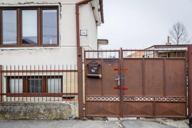 Nagymácséd, 2018. február 27. A meggyilkolt Ján Kuciak szlovák tényfeltáró újságíró és élettársa, Martina háza 2018. Nagymácsédban (Velka Maca) 2018. február 27-én. A rendõrök a házban találták meg az áldozatok holttestét február 25-én éjjel. A rendõrség szerint a bûntényt feltehetõleg Kuciak tevékenységével összefüggésben követték el. (MTI/AP/News and Media Holding/Michal Smrcok)