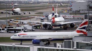 London, 2010. március 21. A British Airways brit légitársaság gépei gurulnak a London Heathrow repülõtér betonján 2010. március 22-én, a cég légi utaskísérõi háromnapos sztrájkjának harmadik napján. A dolgozók azért döntöttek a munkabeszüntetés mellett, mert a vállalatvezetés az elõzõ novemberben két évre befagyasztotta az utaskísérõk bérét és gépenként egy fõvel csökkentette a hosszú távú járatok légi kiszolgáló személyzetének létszámát. (MTI/EPA/Andy Rain)