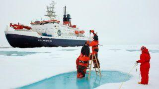 North Pole 2011. október 6. Az Alfred Wegener sarkividéki és tengeri kutatóintézet által 2011. október 6-án közreadott, dátummegjelölés nélküli felvételen az intézet kutatói a jégpáncél vastagságát mérik a Sarki-tenger jegén. A kutatók megállapítása szerint az Északi-sark közelében a korábbi vastag, többéves jégtakaró helyett legtöbb helyen vékony, egyéves darabok találhatók. (MTI/EPA/Alfred Wegener Intézet/Stefan Hendriks)