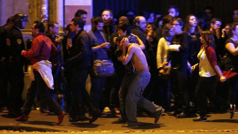 Párizs, 2015. november 14. Sebesült férfi a kimenekített emberek között a párizsi Bataclan koncertterem közelében, miután az épületben mintegy száz embert túszul ejtettek 2015. november 13-án. A francia fõvárosban késõ este összehangoltan több merényletet követtek el. A támadásoknak legalább 120 halálos áldozata van. Nyolc terrorista halt meg, közülük heten felrobbantották magukat. (MTI/EPA/Yoan Valat)