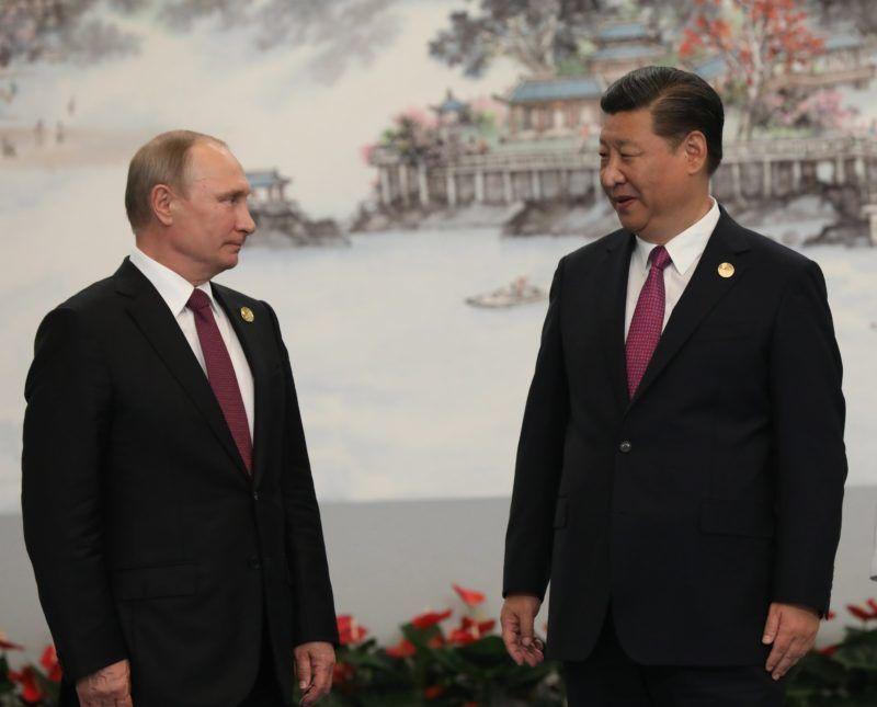 Hsziamen, 2017. szeptember 4.  Vlagyimir Putyin orosz elnök (b) és Hszi Csin-ping kínai államfõ a Brazíliát, Oroszországot, Indiát, Kínát és Dél-Afrikát tömörítõ BRICS-országok csúcstalálkozóján Hsziamenben 2017. szeptember 4-én. Jobbról Peng Li-jüan, a kínai elnök neje. (MTI/EPA pool/Vu Hong)