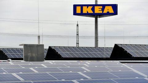 Kaarst, 2017. október 11. Napelemek az Ikea svéd lakberendezési áruházlánc legújabb raktáráruházának tetején az észak-rajna-vesztfáliai Kaarst városban 2017. október 11-én, az átadás elõtti napon. Az üzlet környezetbarát technológiák alkalmazásával, a fenntarthatóság jegyében épült, és a vezetõség lehetõség szerint helyi beszállítókat választott partneréül. (MTI/EPA/Sascha Steinbach)