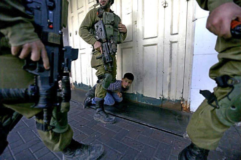 Hebron, 2017. október 13.Palesztin fiút vesz őrizetbe egy izraeli katona a palesztin lakosság és az izraeli telepesek összecsapásai alatt a ciszjordániai Hebron városban 2017. október 13-án. (MTI/EPA/Abed al-Haslamun)