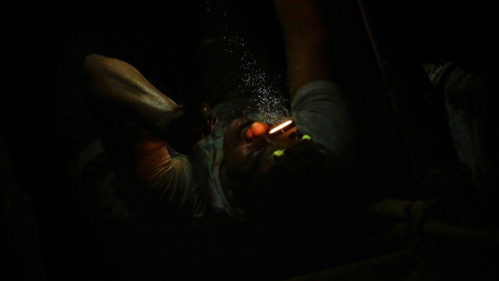Casalugan, 2017. december 4. Noel Austria bányász a Fülöp-szigeteki Casaluganban lévõ illegális aranybánya egyik alagútjában 2017. november 27-én. A kisüzemi aranykitermelés az ország tartományainak mintegy felében folyik, ez biztosítja a szükségletek mintegy nyolcvan százalékát. Kétmillió ember megélhetése függ az iparágtól, köztük háromszázezer bányászé, akik közül tizennyolcezren nõk és gyermekek. A bányászok többsége szabályozatlan, törvénytelen kitermelõhelyeken dolgozik, a bányák legtöbbje higanyt és más mérgezõ fémet használ az arany kinyeréséhez, amelyek nagymértékben roncsolják az egészséget és maradandó károsodást okoznak mind az egyénnek, mind a környezetnek. (MTI/EPA/Mark R. Cristino)