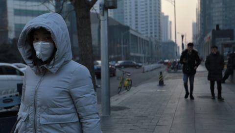 Peking, 2018. január 13. A levegõ szennyezettsége ellen védekezik maszkkal egy járókelõ Pekingben 2018. január 13-án. A füstköd miatt a pekingi hatóság a második legmagasabb fokozatú, narancssárga színû riasztási fokozatot rendelték el, ami a nehézipari üzemek mûködésének korlátozását jelenti. (MTI/EPA/Hoou Hvi Jung)