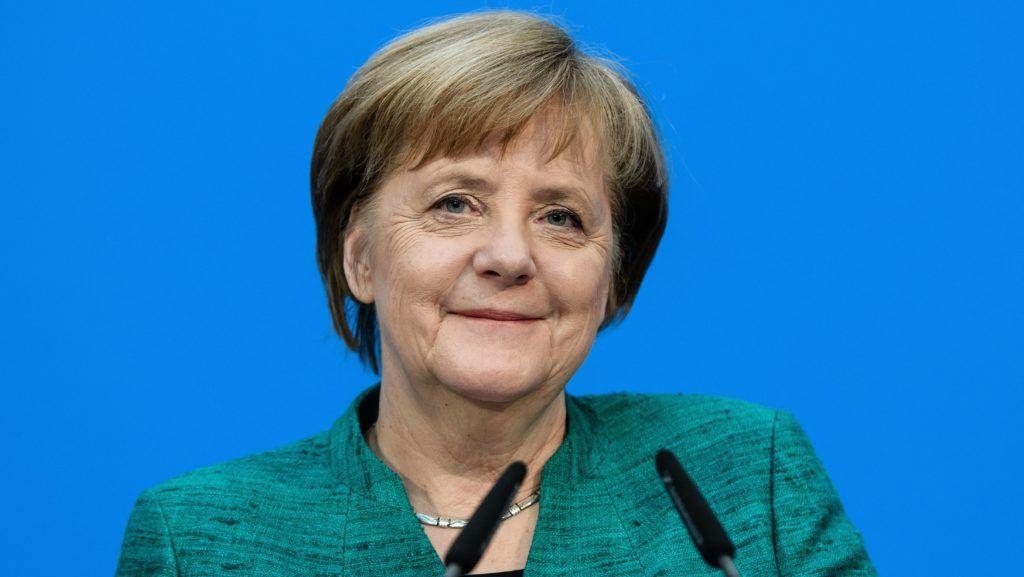 Berlin, 2018. február 7. Angela Merkel német kancellár, a Kereszténydemokrata Unió (CDU) elnöke a CDU berlini székházában tartott sajtóértekezleten 2018. február 7-én, miután megállapodással végzõdtek a CDU, a Keresztényszociális Unió (CSU) és a Német Szociáldemokrata Párt (SPD) kormányalakítást célzó koalíciós tárgyalásai. (MTI/EPA/Clemens Bilan)
