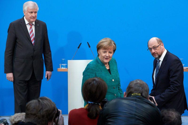 Berlin, 2018. február 7.Angela Merkel német kancellár, a Kereszténydemokrata Unió (CDU) elnöke (k), Horst Seehofer bajor tartományi miniszterelnök, a Keresztényszociális Unió (CSU) elnöke (b) és Martin Schulz, a Német Szociáldemokrata Párt (SPD) elnöke sajtóértekezletet tart a CDU berlini székházában 2018. február 7-én, miután megállapodással végződtek a három párt kormányalakítást célzó koalíciós tárgyalásai. (MTI/EPA/Clemens Bilan)