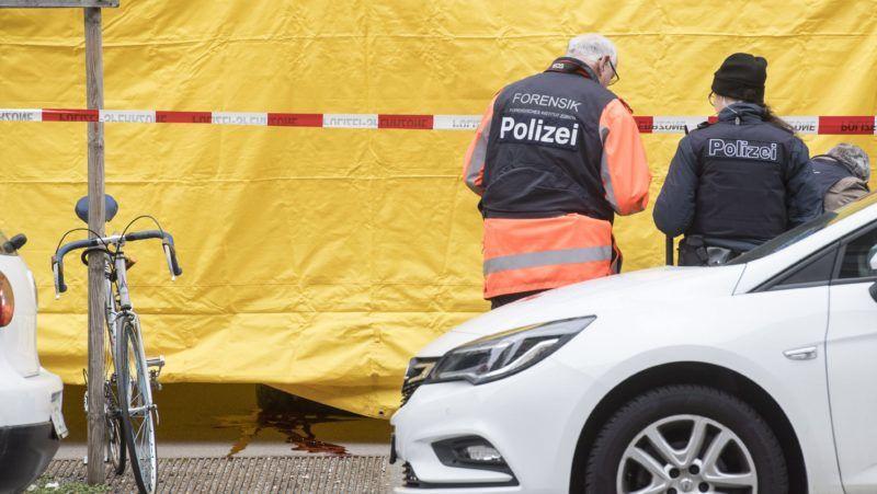 Zürich, 2018. február 23. Vértócsa egy földön fekvõ férfi mellett a feltételezett lövöldözés helyszínén Zürichben 2018. február 23-án. (MTI/EPA/Ennio Leanza)