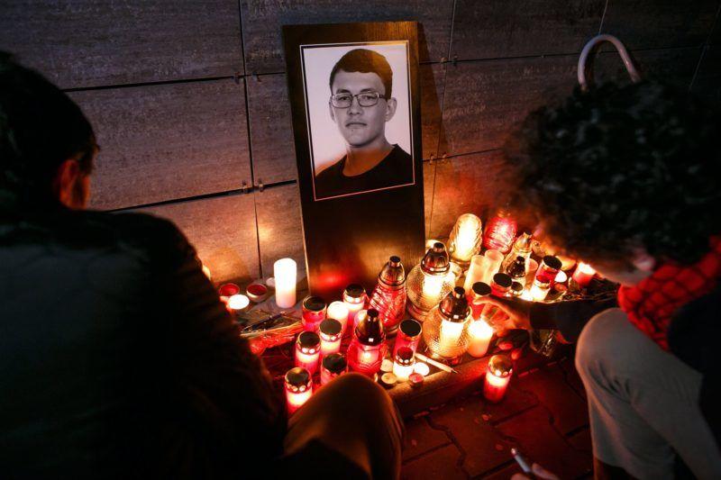 Pozsony, 2018. február 26. Mécseseket gyújtanak Ján Kuciak szlovák tényfeltáró újságíró fényképe elõtt egy rögtönzött emlékhelyen, Pozsonyban 2018. február 26-án. A 27 éves Kuciak és élettársa holttestét az elõzõ éjjel találták meg a szlovákiai Nagymácséd (Velka Maca) falubeli otthonukban. A párt agyonlõtték, a bûntényt feltehetõleg Kuciak tevékenységével összefüggésben követték el. (MTI/EPA/David Duducz)