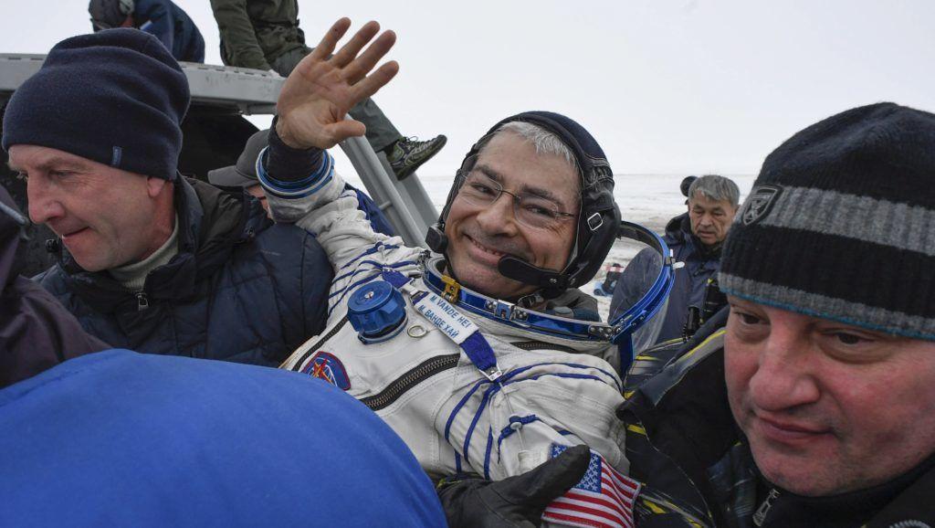 Dzsezkazgan, 2018. február 28. Mark Vande Hei, a NASA amerikai ûrügynökség asztronuatája, miután az orosz Szojuz MS-06 ûrhajó leszállóegységével Joe Acaba amerikai és Alekszandr Miszurkin orosz ûrhajósok társaságában  földet ért a kazahsztáni sztyeppén, Dzsezkazgan térségében 2018. február 28-án. (MTI/EPApool/Alekszandr Nyemenov)