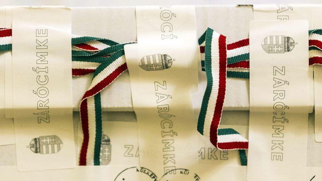 Budapest, 2015. február 25.A február 22-i veszprémi időközi országgyűlési képviselő-választásra a külképviseleteken leadott szavazatokat tartalmazó egyik urna a Nemzeti Választási Bizottság (NVB) ülésén Budapesten 2015. február 25-én.MTI Fotó: Szigetváry Zsolt
