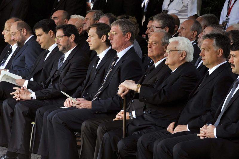 Budapest, 2013. július 8.Orbán Viktor miniszterelnök (j2) és Áder János köztársasági elnök (j), valamint Schmitt Pál volt államfő, Erdő Péter bíboros, prímás, esztergom-budapesti érsek, Hans-Dietrich Genscher egykori német külügyminiszter, Martin Schulz, az Európai Parlament szocialista elnöke, Mesterházy Attila, a Magyar Szocialista Párt elnöke, Katona Béla volt tárca nélküli miniszter, az Országgyűlés korábbi elnöke, valamint Bajnai Gordon, Gyurcsány Ferenc, Medgyessy Péter és Boross Péter (b-j) volt kormányfők Horn Gyula néhai magyar miniszterelnök temetésén a budapesti Fiumei úti Nemzeti Sírkertben 2013. július 8-án. Horn Gyula életének 81. évében, hosszan tartó, súlyos betegségben hunyt el június 19-én. A szocialista politikus 1994 és 1998 között volt Magyarország kormányfője.MTI Fotó: Máthé Zoltán