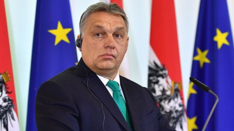 Hungarian Prime Minister Viktor Orban addreses a press conference with his Austrian counterpart at the Chancellery in Vienna on January 30, 2018. / AFP PHOTO / JOE KLAMAR