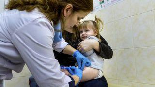 Ungvár, 2018. február 1.Kislány kanyaró elleni védőoltást kap az egyik háziorvosi rendelőben a kárpátaljai Ungváron 2018. február 1-jén. Január végén nyolcezer adag, a veszélyes, fertőző betegség elleni oltóanyagot adott át a magyar kormány humanitárius gyorssegélyként több mint 100 millió forint értékben Grezsa István, Kárpátaljáért felelős kormánybiztos Ungváron az Ukrán Vöröskereszt Kárpátalja megyei szervezetének.MTI Fotó: Nemes János