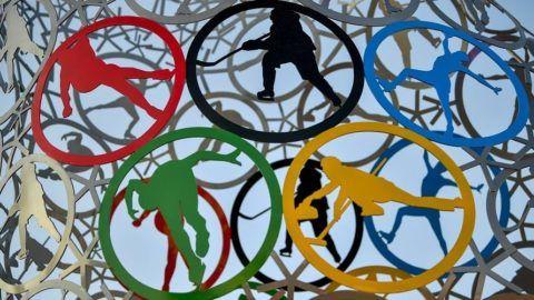Kangnung, 2018. február 6. Sportágakat ábrázoló, korcsolyát formázó installáció részlete a kangnungi olimpiai parkban 2018. február 6-án. A 2018-as téli olimpiát február 9. és 25. között rendezik több dél-koreai helyszínen. MTI Fotó: Czeglédi Zsolt