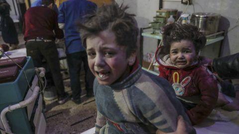 Dúma, 2018. február 20. Sebesült gyerekeket látnak el a szíriai felkelõk uralta kelet-gútai Dúma város kórházában 2018. február 20-án, a szíriai kormányerõk újabb légicsapása után. A fokozott kelet-gútai légi- és rakétatámadában mintegy száz civil vesztette életét, köztük húsz gyerek. (MTI/EPA/Mohamed Badra)
