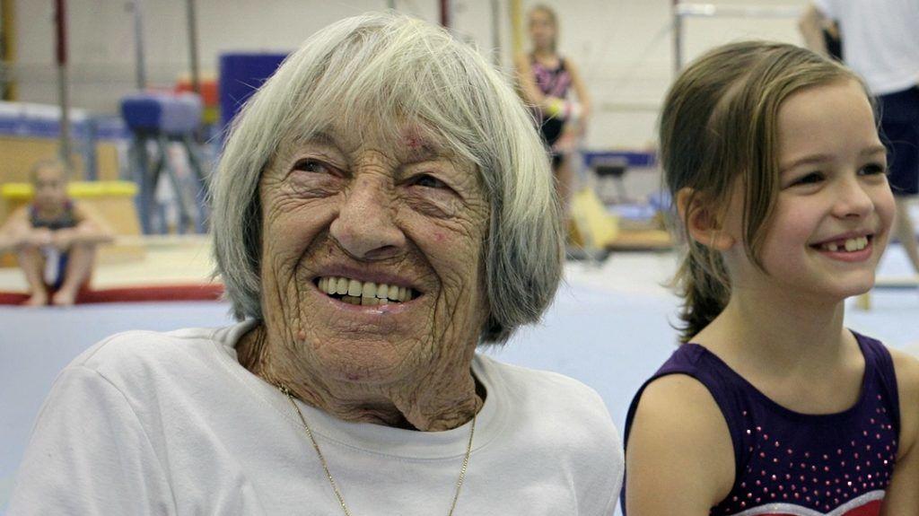 Így spárgázik a 97 éves, ötszörös olimpiai bajnok Keleti Ágnes egy tehetségkutatóban