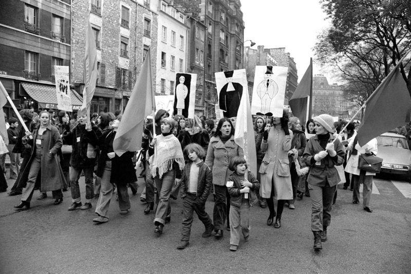 """Un millier de femmes, auxquelles se sont joints quelques hommes, participe ŕ une manifestation organisée par le Mouvement de Libération des Femmes (MLF) pour exiger """"l'avortement et la  contraception libres et gratuits"""", le 25 novembre 1972, ŕ Paris, entre le boulevard de Belleville et la place des Fętes, oů la marche s'est terminée par un sit-in en chansons. / AFP PHOTO"""