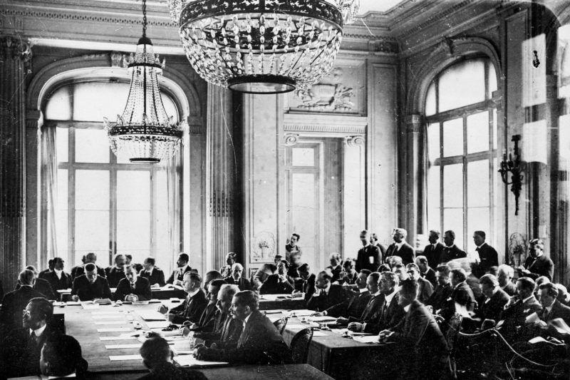 Traité de Trianon, traité de paix consacrant le démantčlement de la Hongrie. Séance au Trianon-Palace de Versailles (Yvelines). Juin 1920.     RV-064429