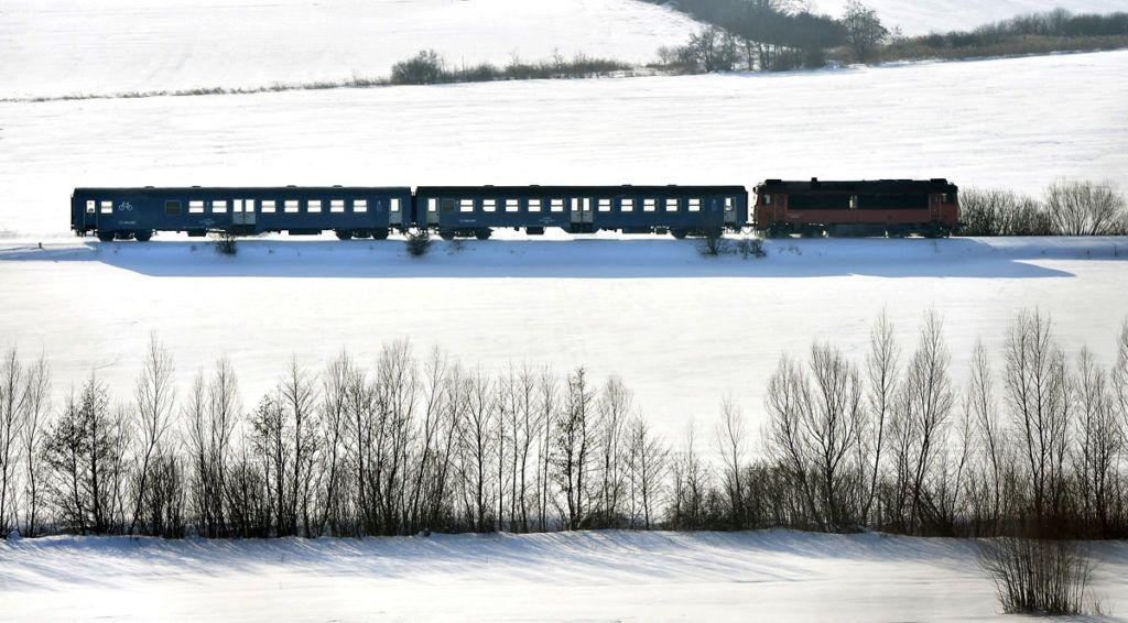 Zirc, 2018. február 28.Személyvonat közlekedik Zirc és Eplény között a behavazott Bakonyban 2018. február 28-án.MTI Fotó: Máthé Zoltán