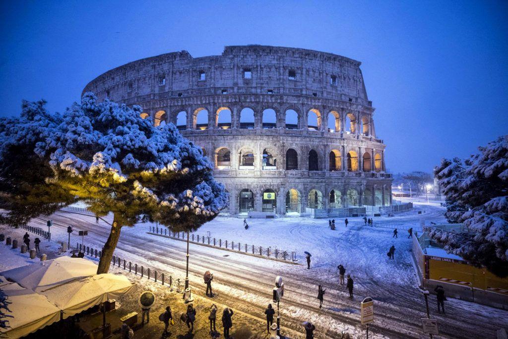 Róma, 2018. február 26.Esik a hó a római Colosseumnál 2018. február 26-án. (MTI/EPA/Angelo Carconi)