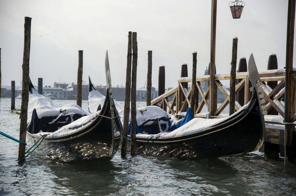 Velence, 2018. február 28.Hólepte gondolák Velencében 2018. február 28-án. (MTI/EPA/Riccardo Gregolin)