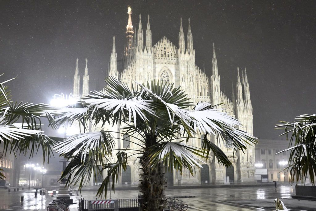 Milánó, 2018. március 1.Hó borította pálmafa a milánói dóm előtt 2018. március 1-jén. (MTI/EPA/Flavio Lo Scalzo)