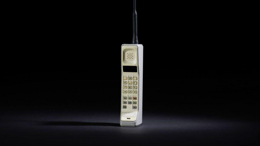 Im Jahre 1983 brachte Motorola mit den DynaTAC 8000X das erste kommerzielle Mobiltelefon auf den Markt. Dieser klobige Urahn der heutigen Handys wog nahezu 750 Gramm und kostete ca. 4000 $.