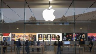 People inside Apple store in Stanford Shopping Center on February 13, 2018, Palo Alto, California. (Photo by Yichuan Cao/NurPhoto)