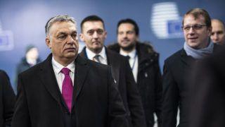 Brüsszel, 2018. február 23.A Miniszterelnöki Sajtóiroda által közreadott képen Orbán Viktor miniszterelnök (b2) megérkezik a brüsszeli EU-csúcsra 2018. február 23-án. Balról Gottfried Péter, a kormányfő európai és külgazdasági főtanácsadója (b), Rogán Antal, a Miniszterelnöki Kabinetirodát vezető miniszter (k), Havasi Bertalan, a Miniszterelnöki Sajtóirodát vezető helyettes államtitkár (b4) és Várhelyi Olivér nagykövet, a brüsszeli Állandó Képviselet vezetője (j). MTI Fotó: Miniszterelnöki Sajtóiroda / Szecsődi Balázs