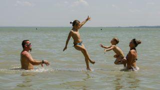 Keszthely, 2014. június 10.Fürdőzők a Balatonban, a keszthelyi strandon 2014. június 10-én.MTI Fotó: Varga György