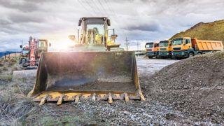 Mina al aire libre con maquinaria pesada, excavadoras para movimiento de tierra