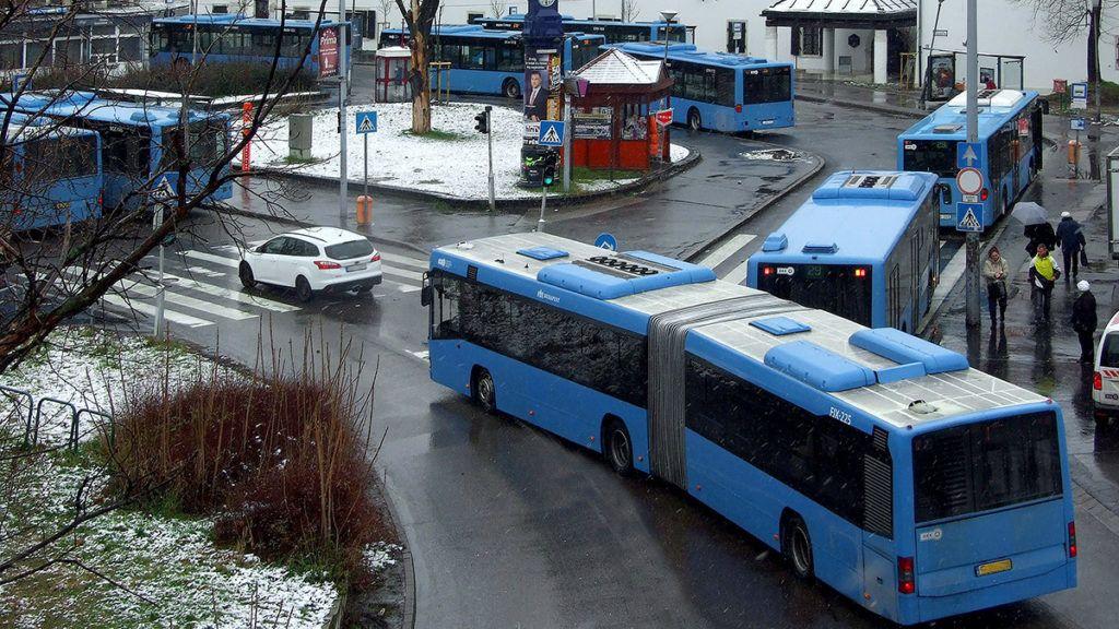 Budapest, 2018. február 14.A Budapesti Közlekedési Központ (BKK) autóbuszai várnak indulásra a főváros III. kerületében, a Szentlélek téren, egy februári hétköznap reggel.MTVA/Bizományosi: Jászai Csaba ***************************Kedves Felhasználó!Ez a fotó nem a Duna Médiaszolgáltató Zrt./MTI által készített és kiadott fényképfelvétel, így harmadik személy által támasztott bárminemű – különösen szerzői jogi, szomszédos jogi és személyiségi jogi – igényért a fotó készítője közvetlenül maga áll helyt, az MTVA felelőssége e körben kizárt.