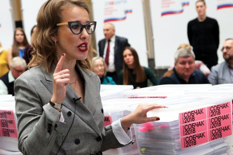 Moszkva, 2018. január 31.Kszenyija Szobcsak orosz televíziós személyiség és elnökjelölt leadni készül támogatóinak aláírását a Központi Választási Bizottságnál Moszkvában 2018. január 31-én. Az elnökválasztást 2018. március 18-án tartják Oroszországban. (MTI/EPA/Makszim Sipenkov)