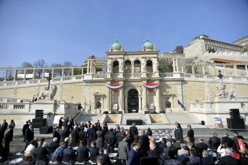 Budapest, 2014. április 3. A felújított Várkert Bazár a rekonstrukció I. ütemének ünnepélyes átadása elõtt 2014. április 3-án. A világörökség részét képezõ mûemlék fejlesztésének elsõ ütemében teljesen felújították a kétszáz éve született Ybl Miklós által tervezett részeket, kialakítottak egy összesen 2500 négyzetméteres kiállítóteret, valamint egy 900 négyzetméteres rendezvénytermet is. MTI Fotó: Koszticsák Szilárd