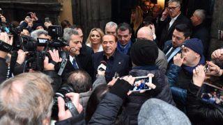 Nápoly, 2018. március 3.Silvio Berlusconi volt olasz miniszterelnök, a Forza Italia (FI) párt vezetője (k) nyilatkozik a sajtó képviselőinek a nápolyi Sansevero-kápolna előtt 2018. március 3-án, egy nappal az országban rendezett parlamenti választások előtt. (MTI/EPA/Ciro Fusco)