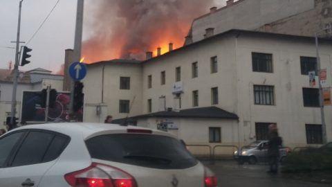 Félelmetes látvány a Soroksári úton lángoló épület – videó