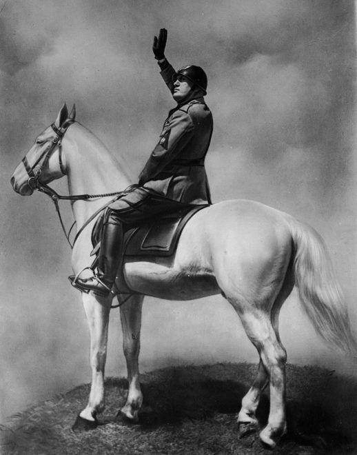 Benito Mussolini (1883-1945), homme d'Etat italien, saluant la foule.     FA-4189