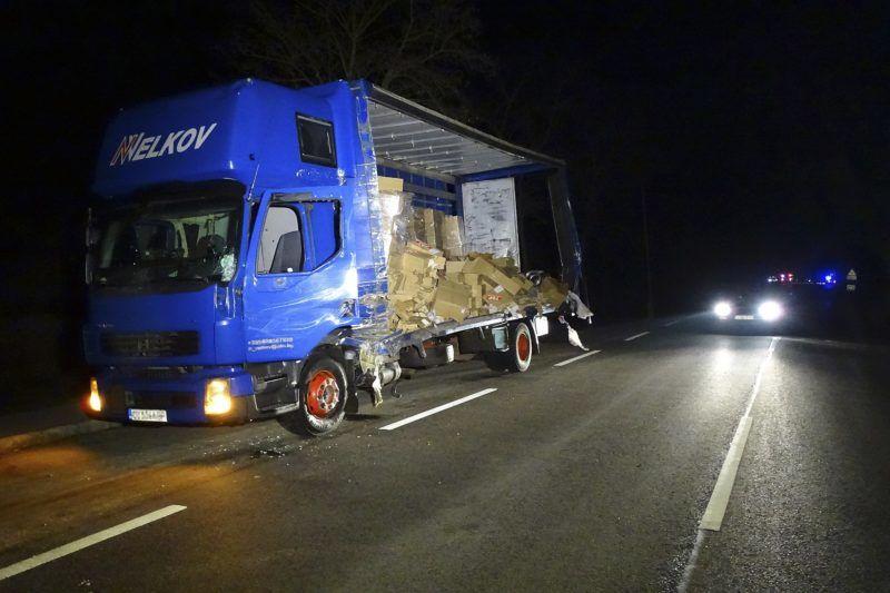 Kondoros, 2018. március 19. Összeroncsolódott tehergépkocsi a 44-es fõúton, Kondoros és Békéscsaba között 2018. március 19-én hajnalban, miután összeütközött egy kisbusszal. Az elsõdleges információk szerint egy ember súlyos sérülést szenvedett, nyolcan könnyebben sérültek. MTI Fotó: Donka Ferenc
