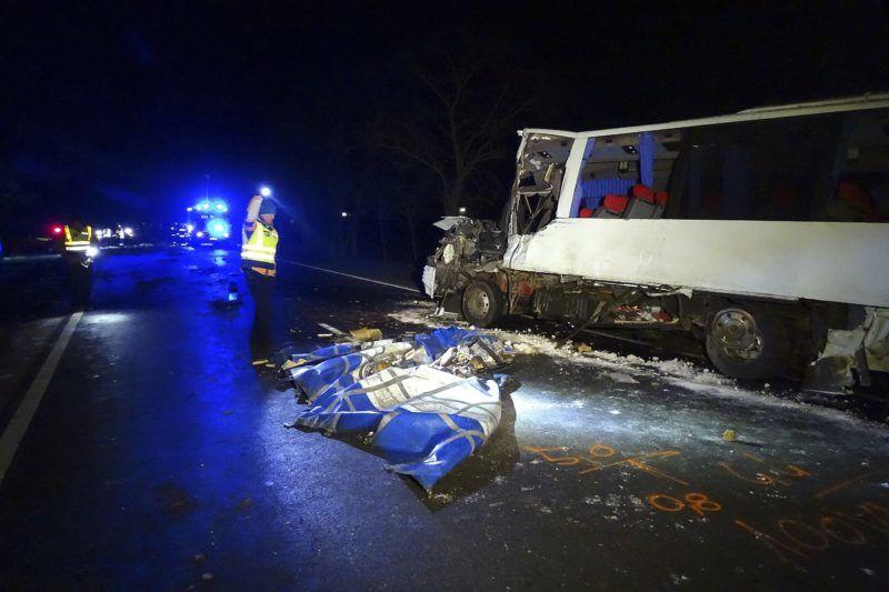 Kondoros, 2018. március 19. Összeroncsolódott kisbusz a 44-es fõúton, Kondoros és Békéscsaba között 2018. március 19-én hajnalban, miután összeütközött egy teherautóval. Az elsõdleges információk szerint egy ember súlyos sérülést szenvedett, nyolcan könnyebben sérültek. MTI Fotó: Donka Ferenc