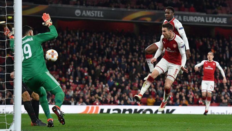 Arsenal's English striker Danny Welbeck (R-top) scores the team's third goal during the UEFA Europa League round of 16 second-leg football match  between Arsenal and AC Milan at the Emirates Stadium in London on March 15, 2018.  / AFP PHOTO / Ben STANSALL