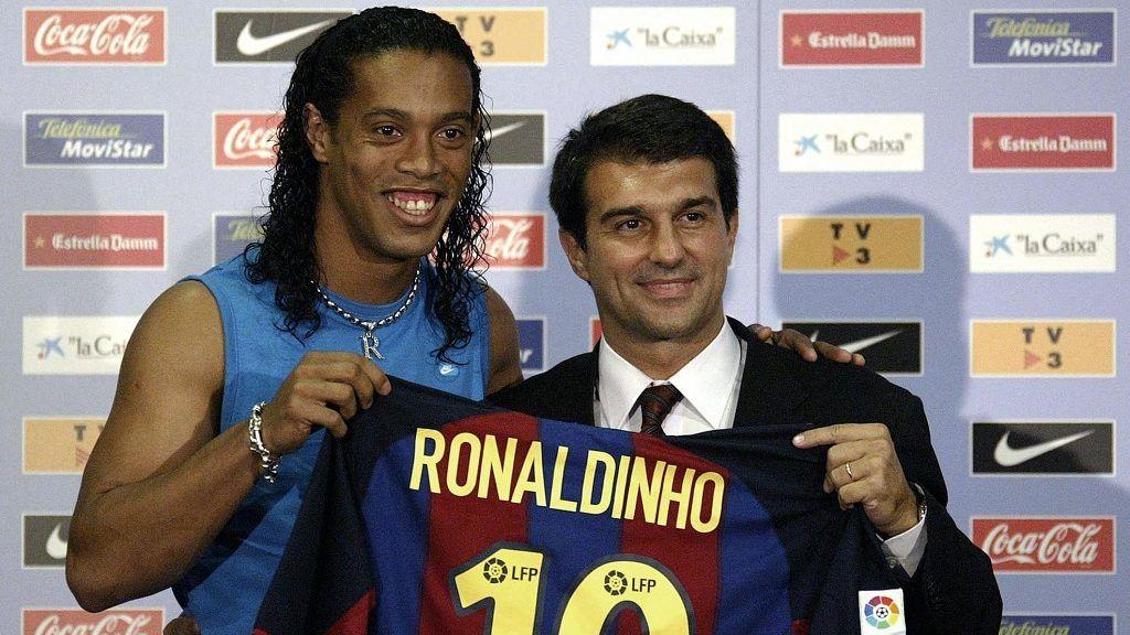 (FILES) - This photo taken 21 July 2003 in Barcelona shows Brazilian player Ronaldinho (L) with Paris PSG soccer club president Joan Laporta during Ronaldinho's official presentation. Paris court opened a case on transfers of PSG players, including Ronaldinho, 03 January 2005.         AFP PHOTO JOSE JORDAN / AFP PHOTO / JOSE JORDAN