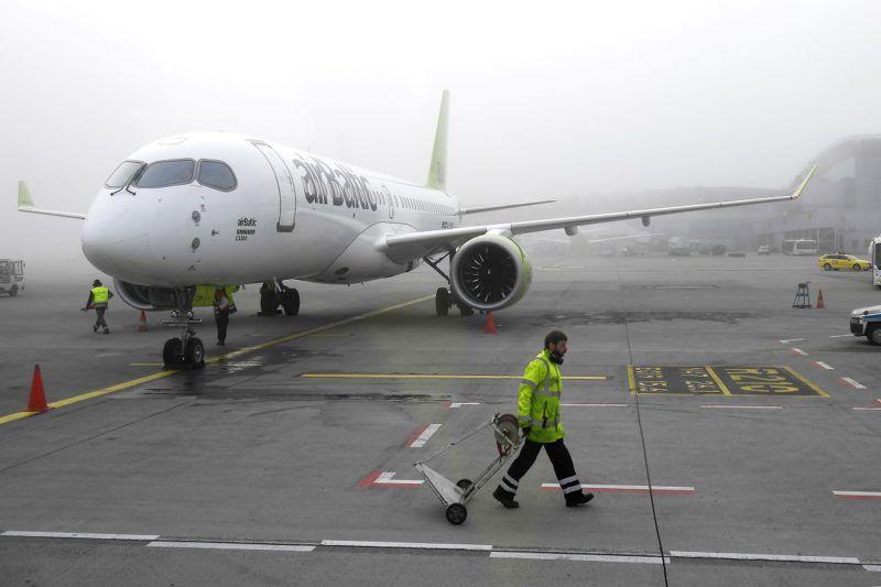 Budapest, 2018. március 28. A lett airBaltic légitársaság Rigából érkezett Bombardier CS300 típusú repülõgépe a Liszt Ferenc-repülõtéren 2018. március 28-án. A gép elsõ alkalommal szállt le a fõváros repülõtérén. MTI Fotó: Kovács Tamás