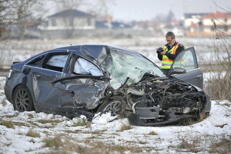 Debrecen, 2018. március 24. Rendõr helyszínel összeroncsolódott személygépkocsinál, amely személyvonattal ütközött egy vasúti átjáróban Debrecen külterületén 2018. március 24-én. A balesetben egy ember súlyosan, kettõ könnyebben sérült. MTI Fotó: Czeglédi Zsolt